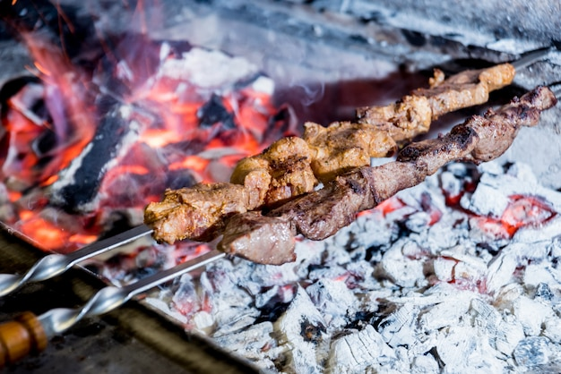 Delicioso churrasco de carne e porco na grelha. restaurante georgiano.