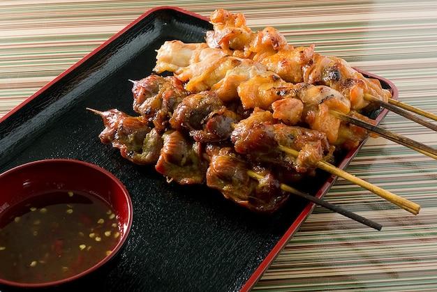 Delicioso churrasco de frango grelhado de comida em uma bandeja