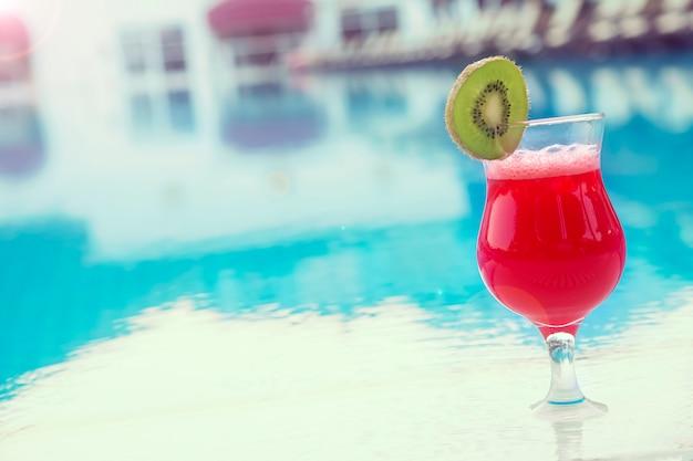 Delicioso coquetel fresco perto da piscina. copyspace. foto tonificada