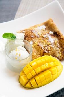 Delicioso crepe de manga com sorvete de coco