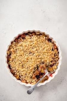 Delicioso crumble de maçã e amora com aveia