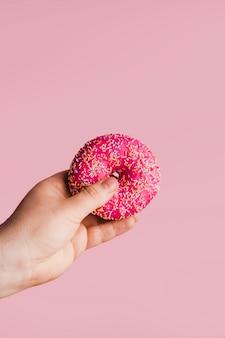 Delicioso donut na mão