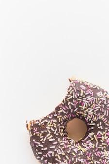 Delicioso donut saboroso com uma mordida faltando isolada no pano de fundo branco