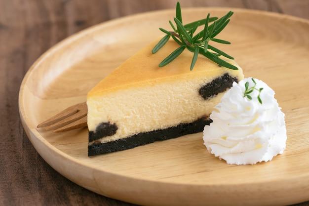 Delicioso e doce original new york cheesecake simples com chantilly. bolo de padaria caseira.