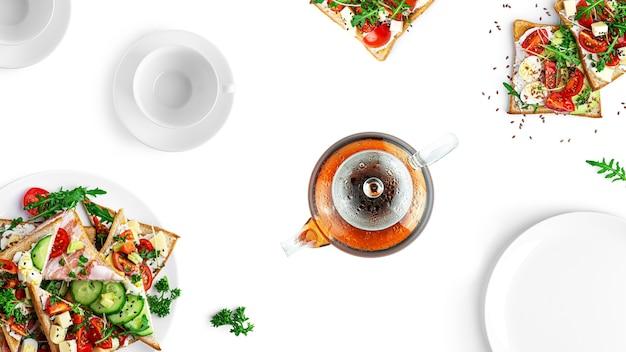 Delicioso e lindo lanche. sanduíches com diferentes recheios e chás. isolado em um fundo branco. foto de alta qualidade