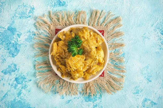 Delicioso e picante frango ao curry assado da culinária indiana