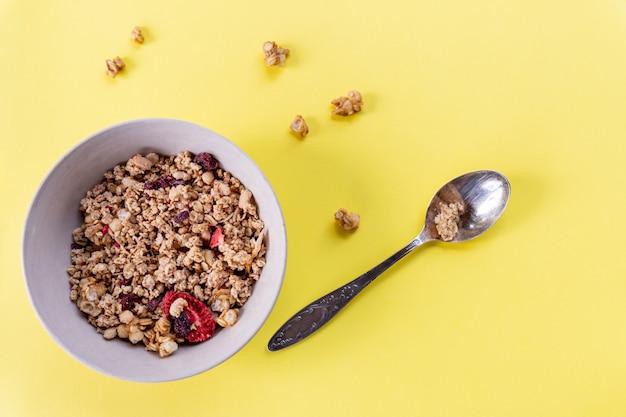 Delicioso e saudável café da manhã com cereais integrais, com muitas frutas secas