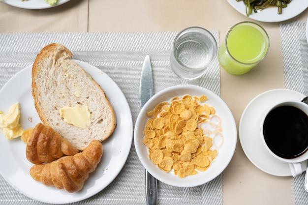 Delicioso e saudável café da manhã servido com croissants, café,