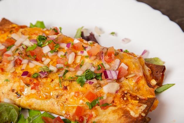Delicioso enchilada de frango mexicano com legumes
