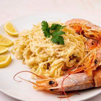 Delicioso espaguete com camarão