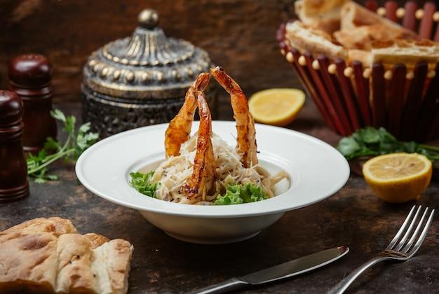 Delicioso fettuchini com camarão grelhado e queijo