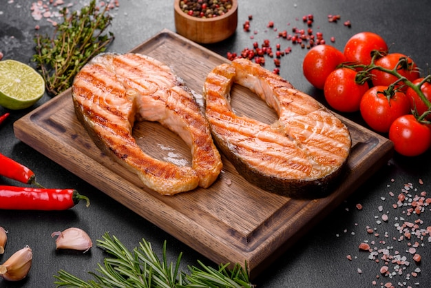 Delicioso filé de salmão cozido na hora com especiarias