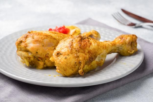 Delicioso frango assado na superfície verde