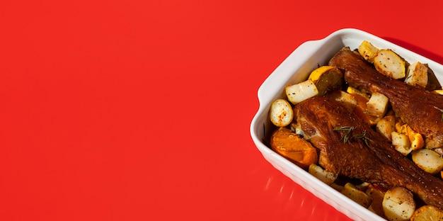Delicioso frango cozido com batatas em uma assadeira