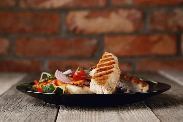 Delicioso frango grelhado com legumes no jantar