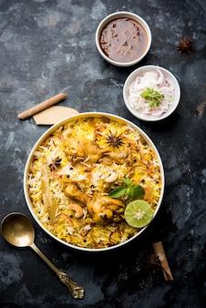 Delicioso frango picante biryani em uma tigela sobre fundo temperamental, é uma comida popular indiana e paquistanesa