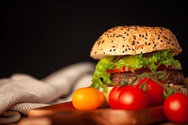 Delicioso hambúrguer caseiro com legumes frescos na cozinha pronto para servir e comer