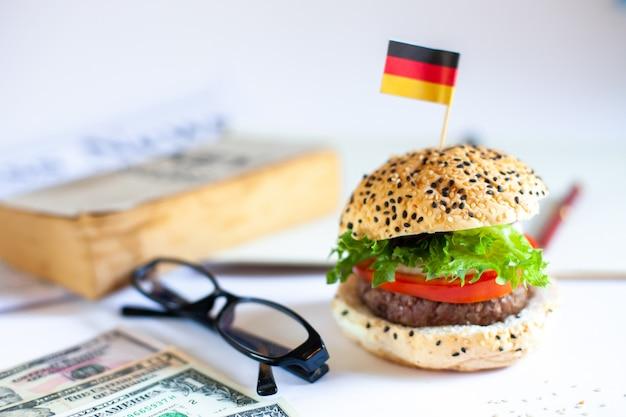 Delicioso hambúrguer caseiro com legumes frescos no escritório