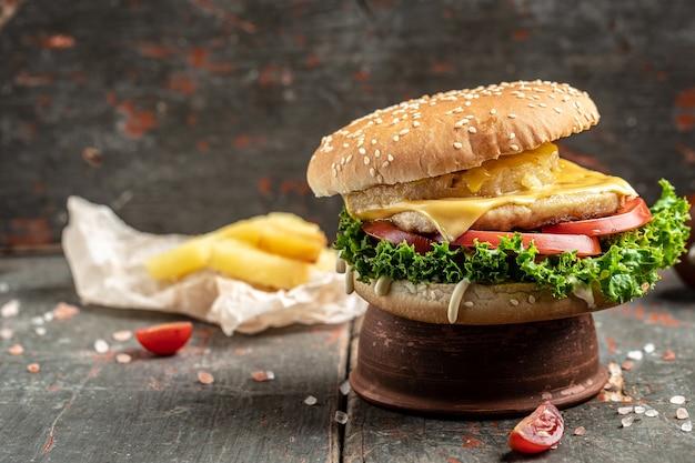 Delicioso hambúrguer caseiro fresco em uma mesa de madeira. comida de rua. fast food e o conceito de alimentação pouco saudável. lugar para texto