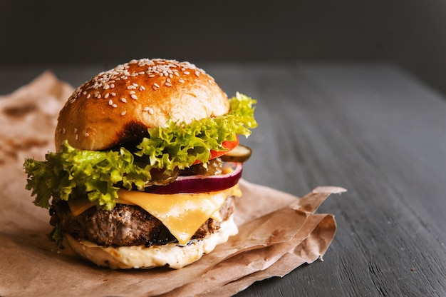 Delicioso hambúrguer caseiro fresco em uma mesa de madeira