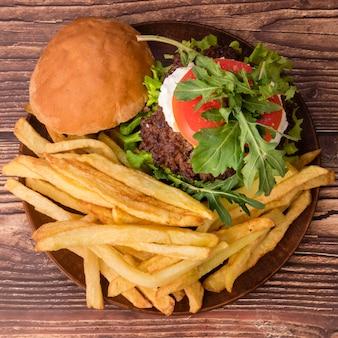 Delicioso hambúrguer com batatas fritas