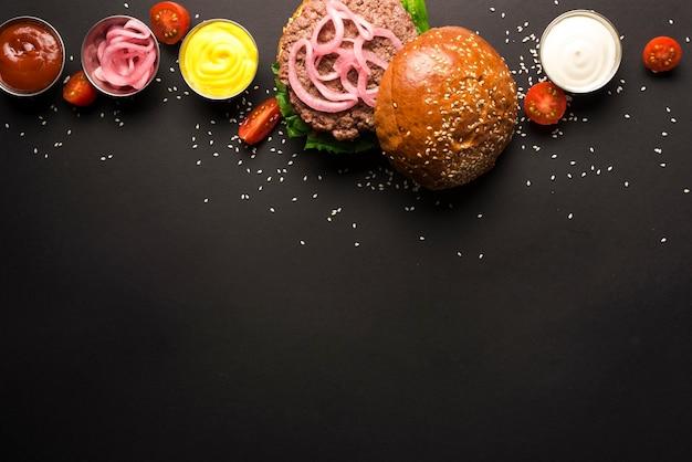 Delicioso hambúrguer com ketchups e mostarda