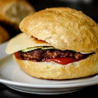 Delicioso hambúrguer com queijo, rabanetes e molho de tomate