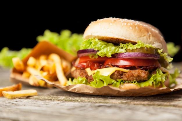 Delicioso hambúrguer e batatas fritas