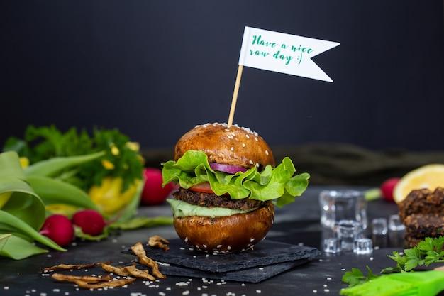 Delicioso hambúrguer vegano com uma placa