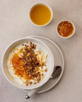 Delicioso iogurte com casca de limão e mel