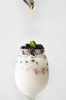 Delicioso iogurte de frutas em copo
