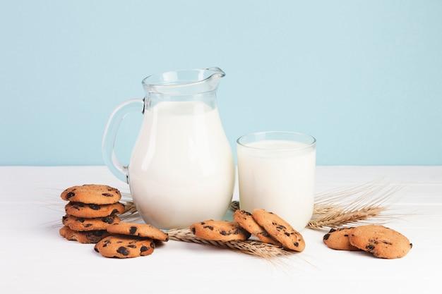 Delicioso lanche com leite e biscoitos