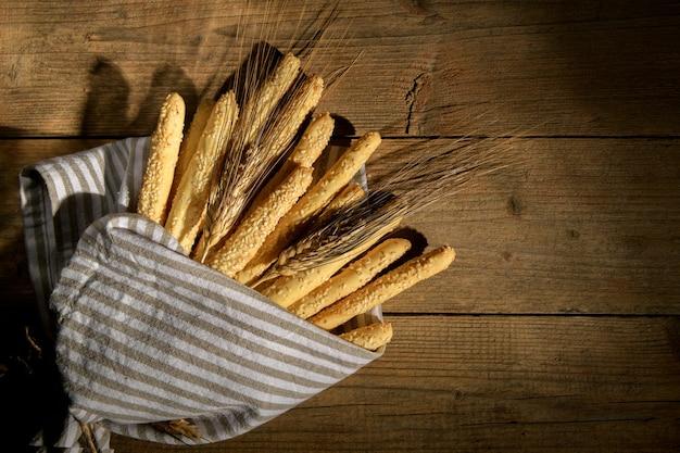 Delicioso lanche italiano grissini de grissini com gergelim num guardanapo como buquê