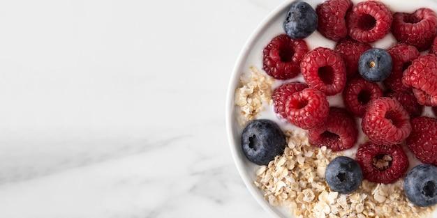 Delicioso lanche saudável com frutas da floresta