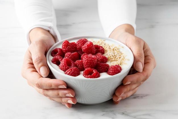 Delicioso lanche saudável com várias frutas