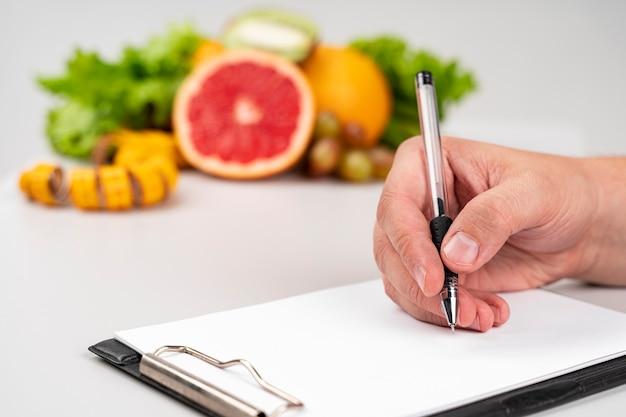 Delicioso lanche saudável e mulher escrevendo