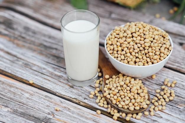 Delicioso leite de soja na superfície da mesa de madeira com luz solar pela manhã