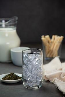 Delicioso leite fresco em um copo.
