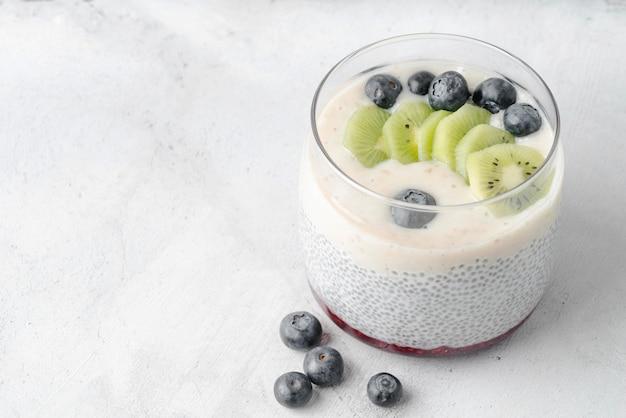 Delicioso leite orgânico e frutas cópia espaço