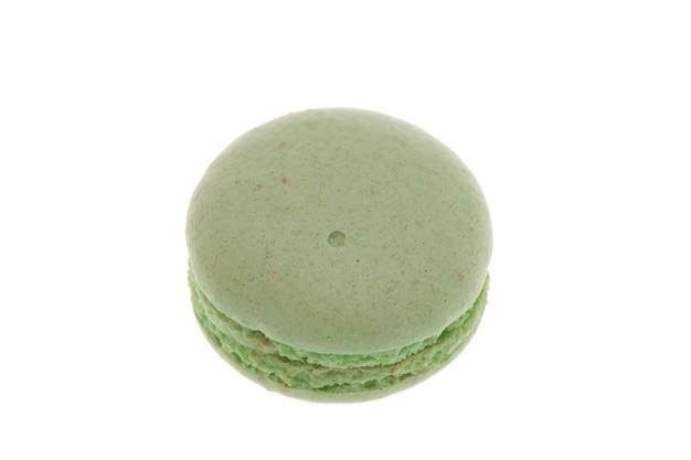 Delicioso macaroon verde isolado no fundo branco. lanche saboroso