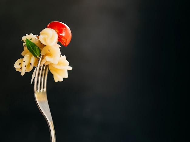 Delicioso macarrão num garfo