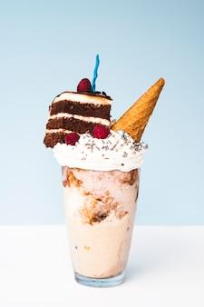 Delicioso milk-shake com casquinha de sorvete e bolo