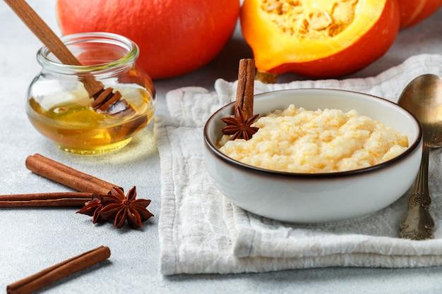 Delicioso mingau de arroz com abóbora, mel, canela e anis estrelado