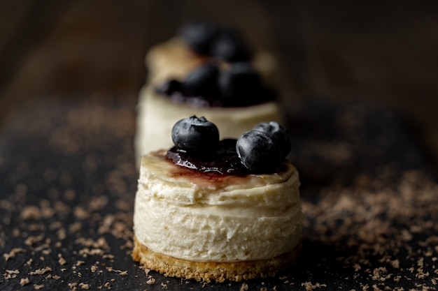 Delicioso mini cheesecake artesanal com superfície de madeira rústica