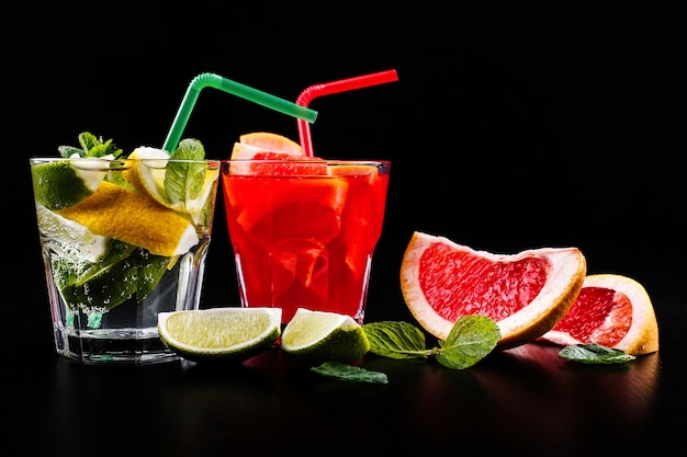 Delicioso mojito, rum e coca-cola, laranja-sangue e coquetéis de vodka servidos com frutas