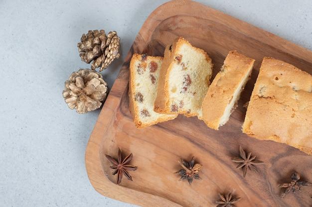 Delicioso muffin com passas e xícara de chá na tábua de madeira