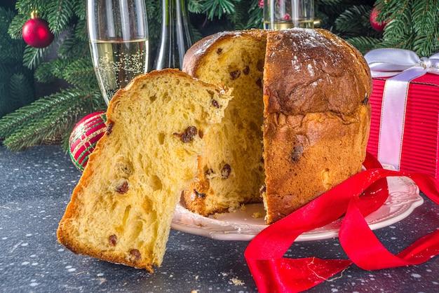 Delicioso panetone italiano de natal na mesa de natal