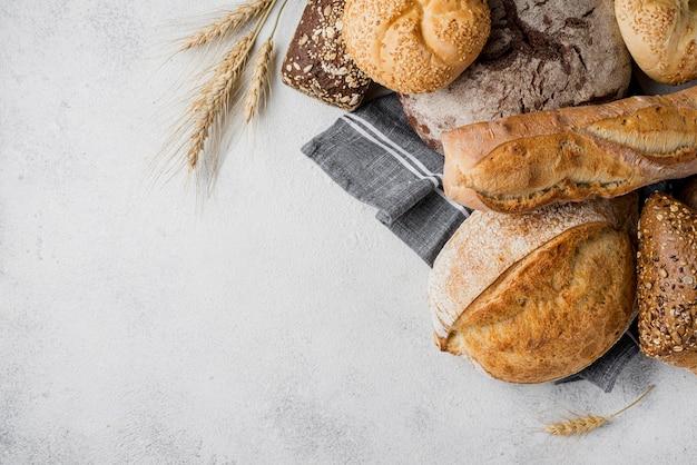 Delicioso pão branco e integral com trigo