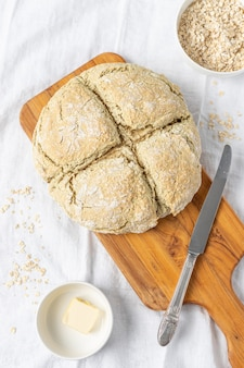 Delicioso pão branco em uma placa de corte