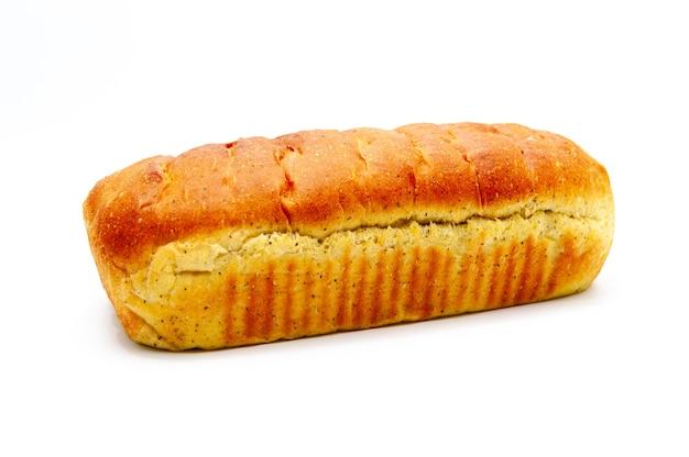 Delicioso pão caseiro com especiarias isolado no fundo branco